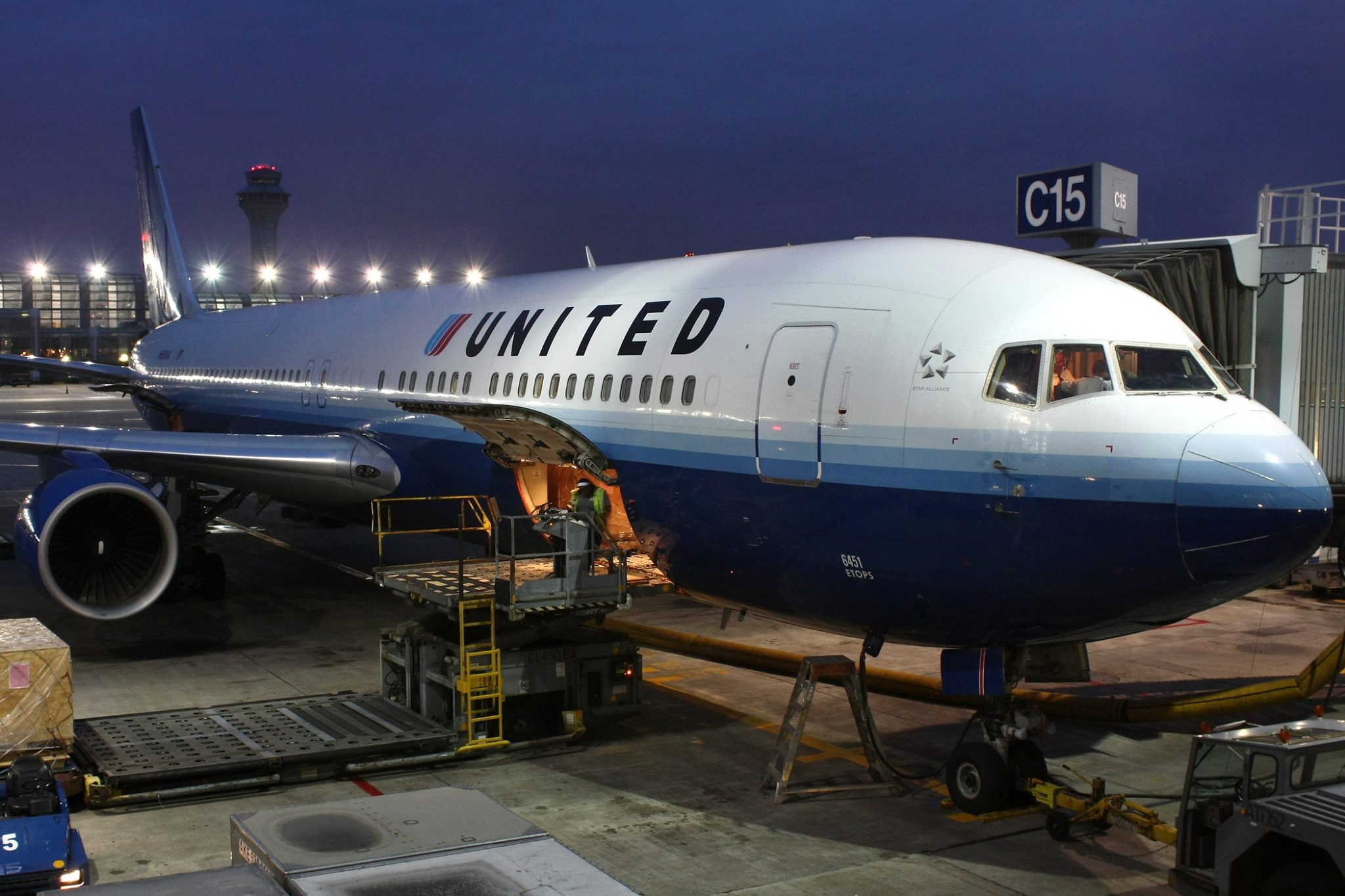 United and American Airlines eliminate change fees on international tickets